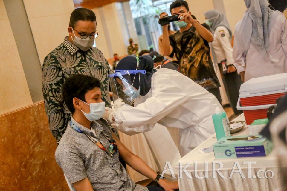 Sebanyak 5.200 Wartawan Lakukan Vaksinasi di Balai Kota - Foto 1