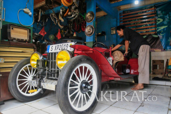 Pembuatan Replika Mobil Kuno di Kandank Herman Doank