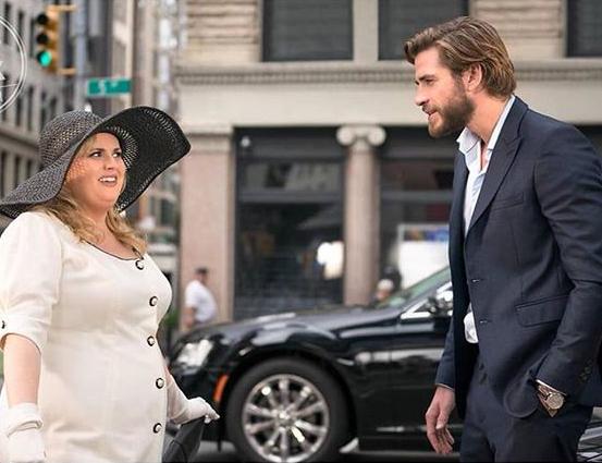 7 Potret Rebel Wilson dan Liam Hemsworth dalam Film Isn't It Romantic - Foto 1