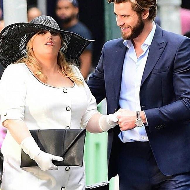 7 Potret Rebel Wilson dan Liam Hemsworth dalam Film Isn't It Romantic - Foto 5