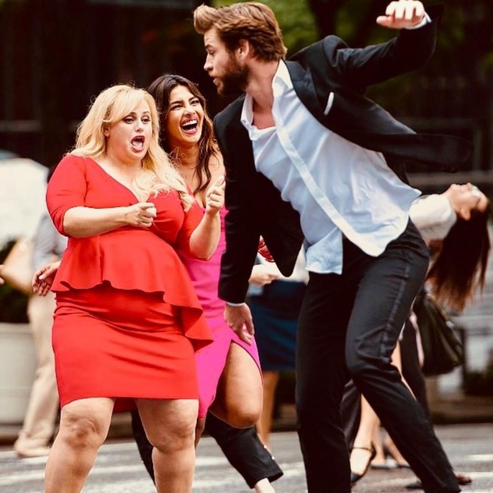 7 Potret Rebel Wilson dan Liam Hemsworth dalam Film Isn't It Romantic - Foto 6