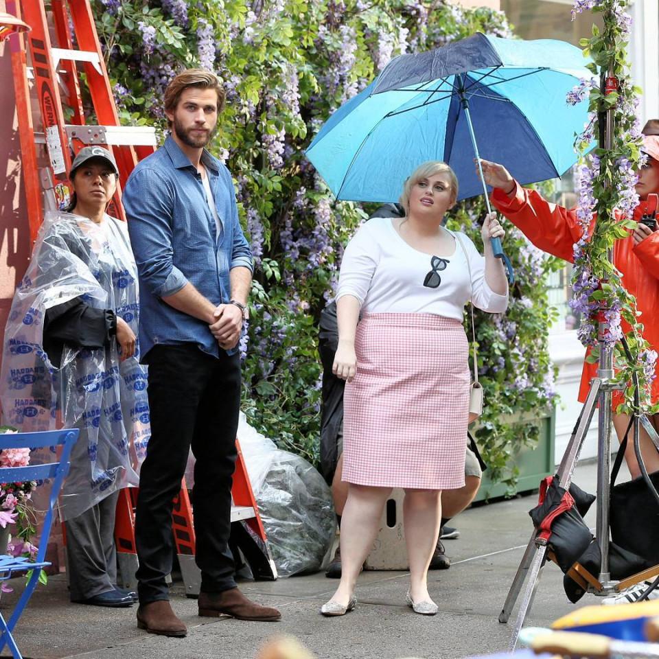 7 Potret Rebel Wilson dan Liam Hemsworth dalam Film Isn't It Romantic - Foto 7