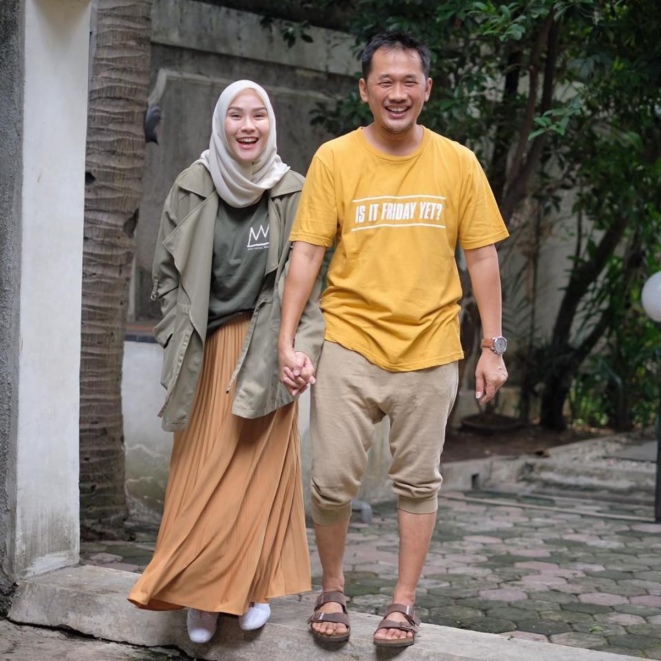 Beda 10 Tahun Lebih, 7 Pasangan Selebriti Ini Tampak Seumuran - Foto 2