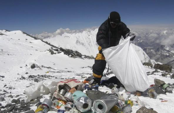 Waduh, Limbah Mikroplastik Sudah Sampai Puncak Gunung Everest - Foto 1