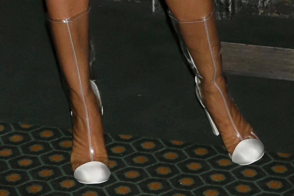 Priyanka Chopra Tampil Klasik dengan Sepatu Transparan - Foto 2
