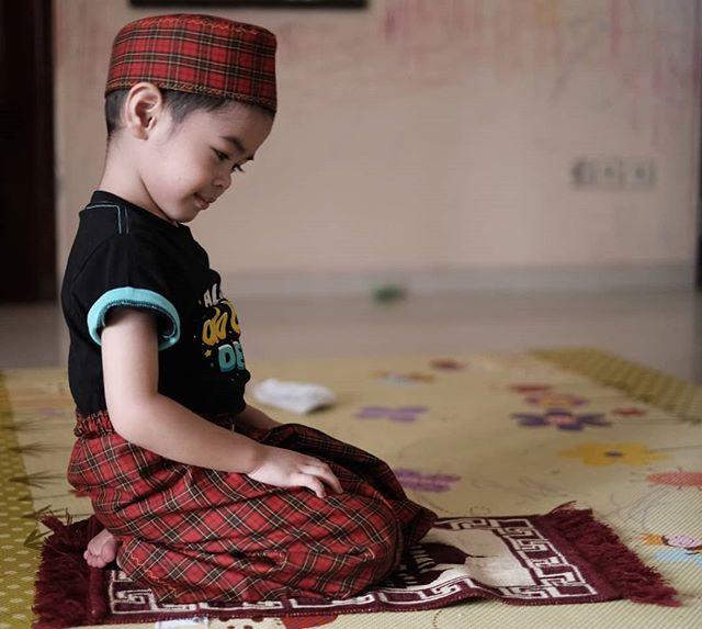 5 Momen Rendra Anak Dude Harlino Belajar Agama - Foto 1