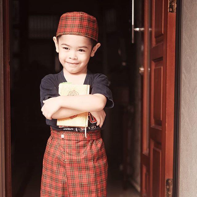 5 Momen Rendra Anak Dude Harlino Belajar Agama - Foto 3