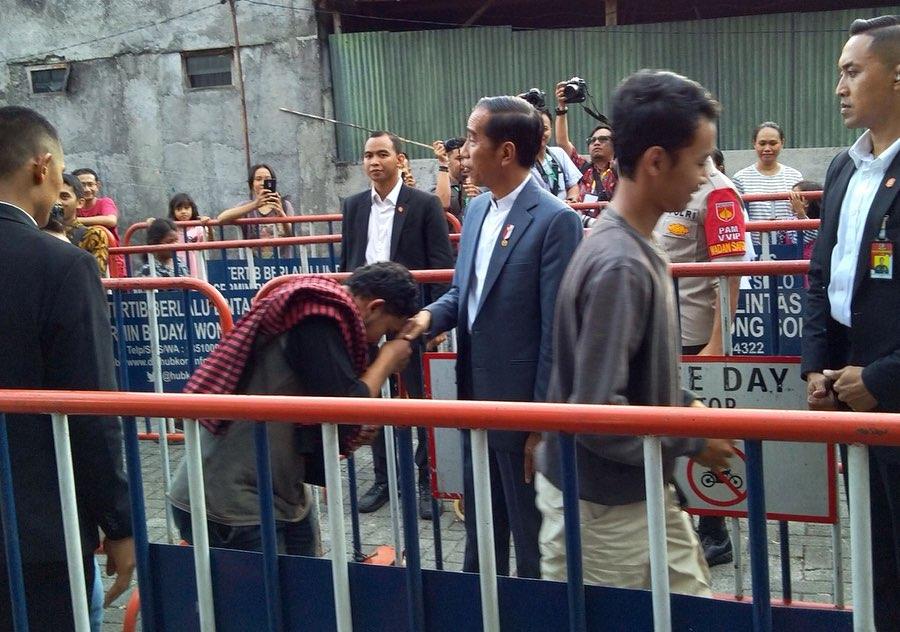 Mudik ke Solo, Ini Potret Hangat Presiden Joko Widodo bersama Warga - Foto 1