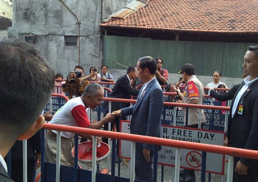 Mudik ke Solo, Ini Potret Hangat Presiden Joko Widodo bersama Warga - Foto 2