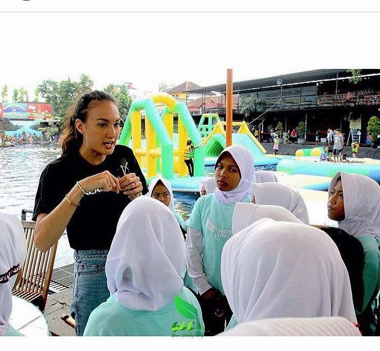 Peduli Lingkungan, 8 Potret Nadine Candrawinata Punguti Sampah di Pantai - Foto 1
