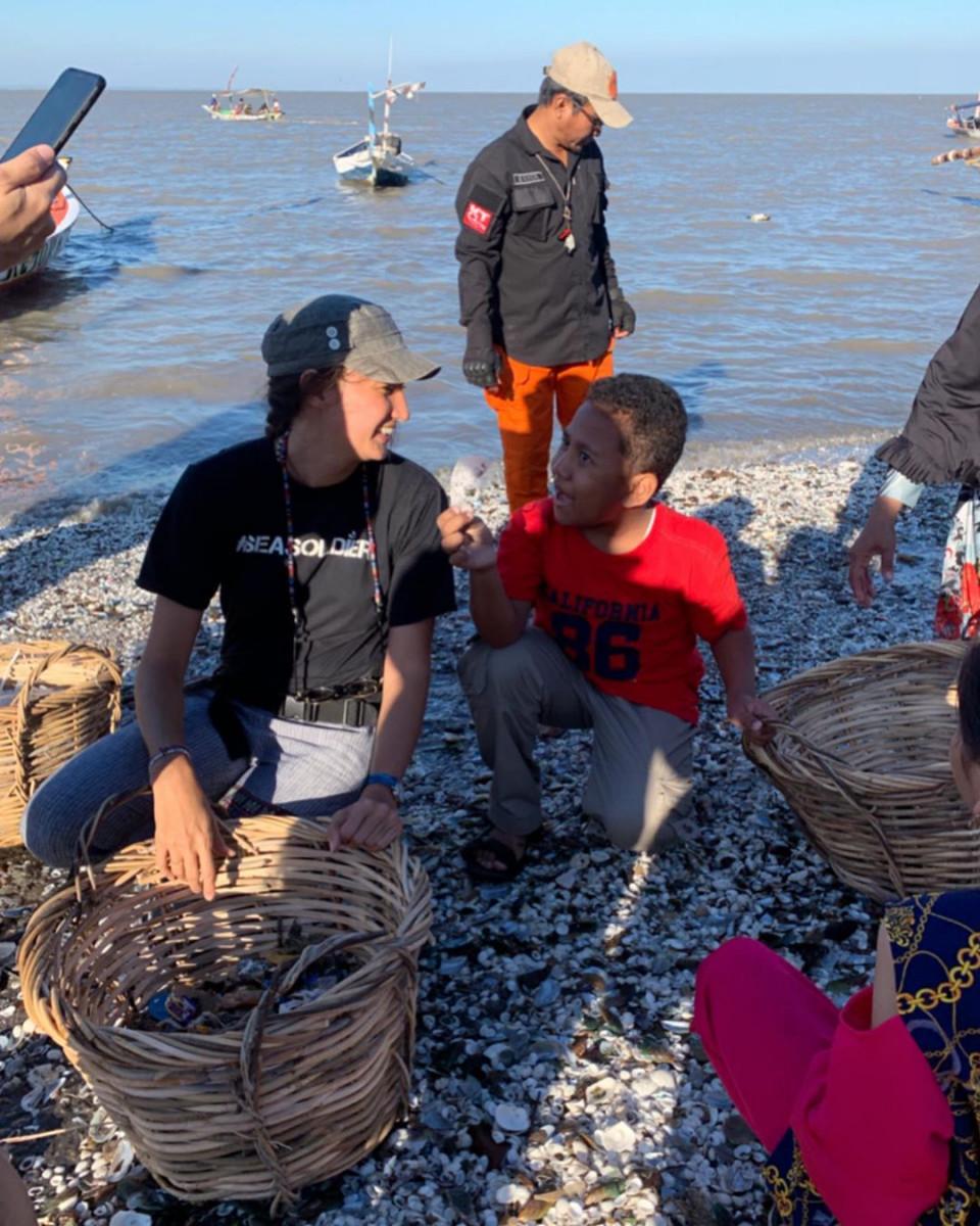 Peduli Lingkungan, 8 Potret Nadine Candrawinata Punguti Sampah di Pantai - Foto 3