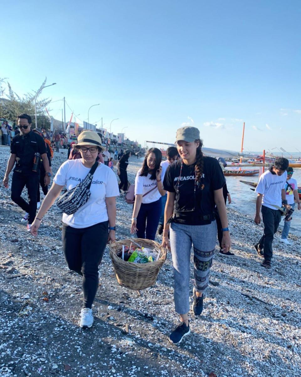 Peduli Lingkungan, 8 Potret Nadine Candrawinata Punguti Sampah di Pantai - Foto 5