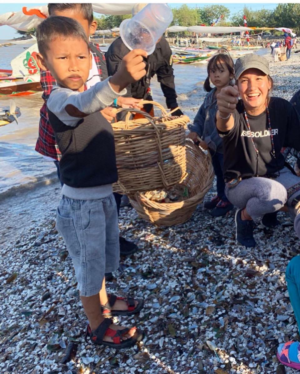 Peduli Lingkungan, 8 Potret Nadine Candrawinata Punguti Sampah di Pantai - Foto 6