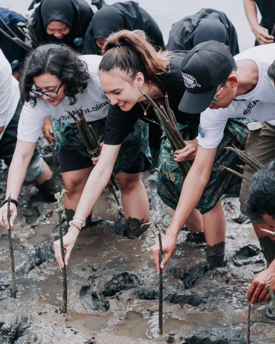 Peduli Lingkungan, 8 Potret Nadine Candrawinata Punguti Sampah di Pantai - Foto 8