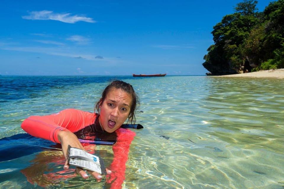 Peduli Lingkungan, 8 Potret Nadine Candrawinata Punguti Sampah di Pantai - Foto 7