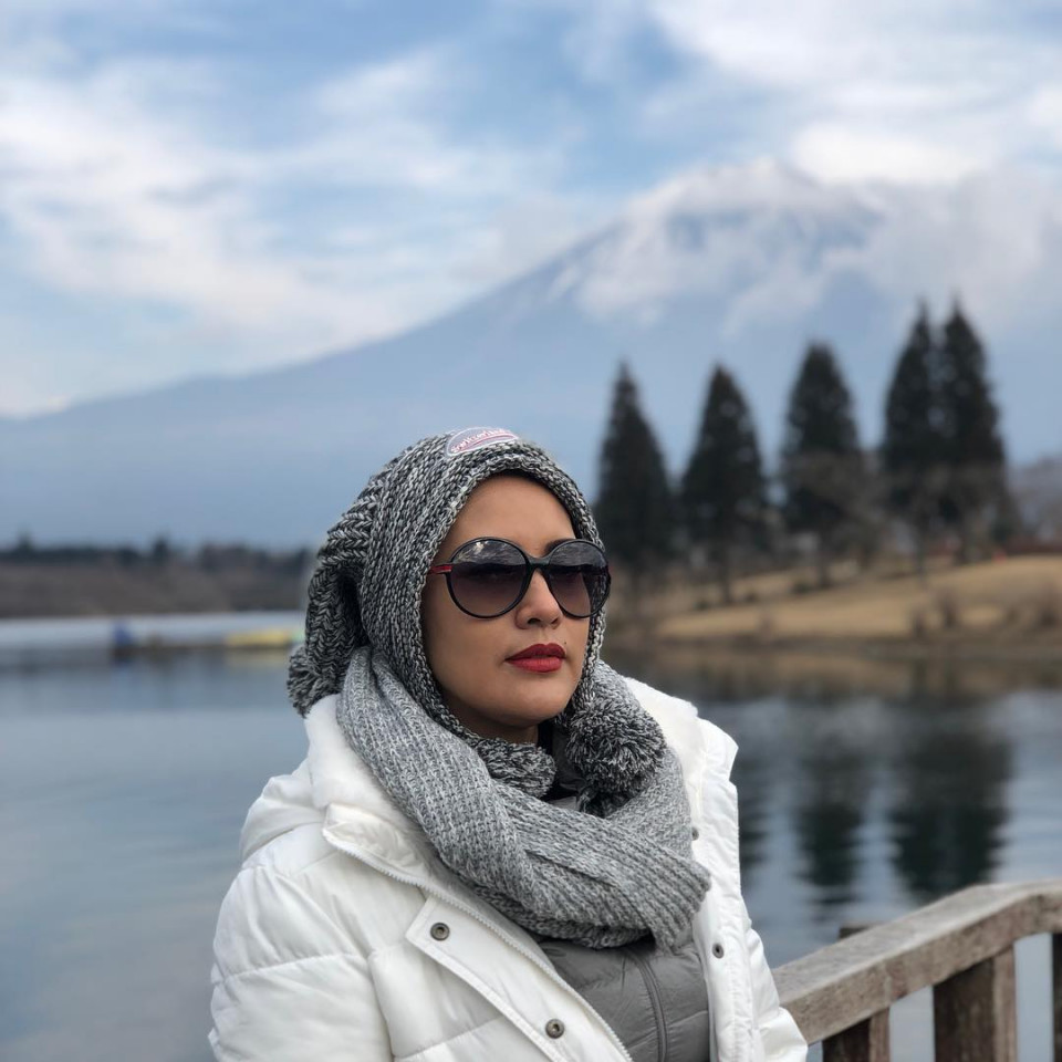 Kini Berhijab, 10 Potret Elma Theana yang Makin Hits di Usia 44 Tahun - Foto 6