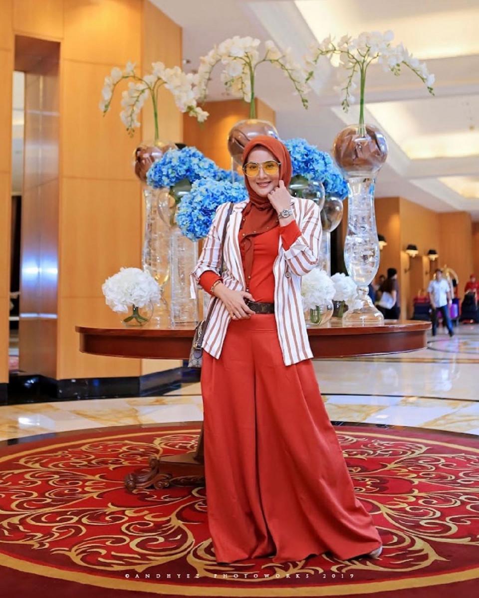 Kini Berhijab, 10 Potret Elma Theana yang Makin Hits di Usia 44 Tahun - Foto 7