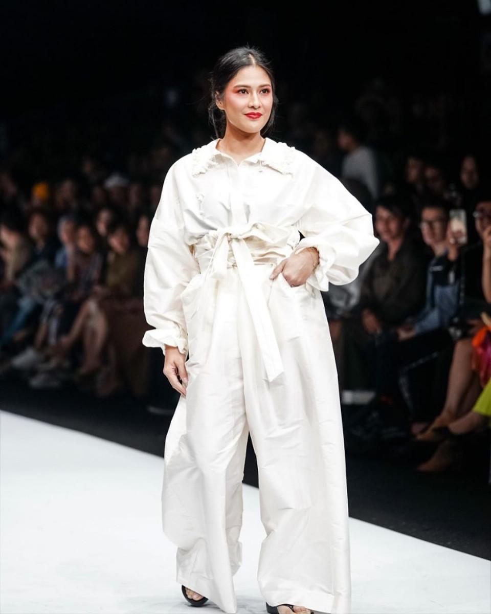 Penuh Pesona, ini 9 Artis yang Tampil Memukau di Catwalk Jakarta Fashion Week 2020 - Foto 1
