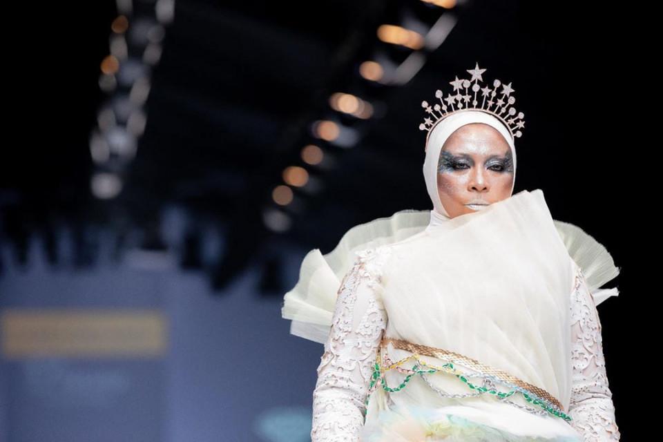 Penuh Pesona, ini 9 Artis yang Tampil Memukau di Catwalk Jakarta Fashion Week 2020 - Foto 2