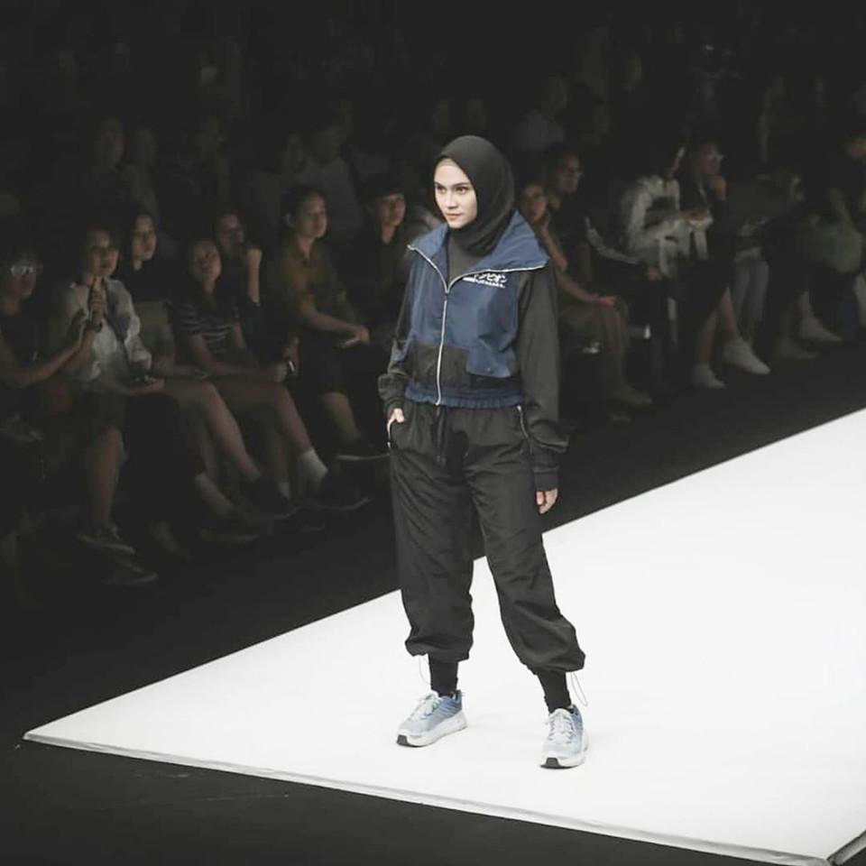 Penuh Pesona, ini 9 Artis yang Tampil Memukau di Catwalk Jakarta Fashion Week 2020 - Foto 3