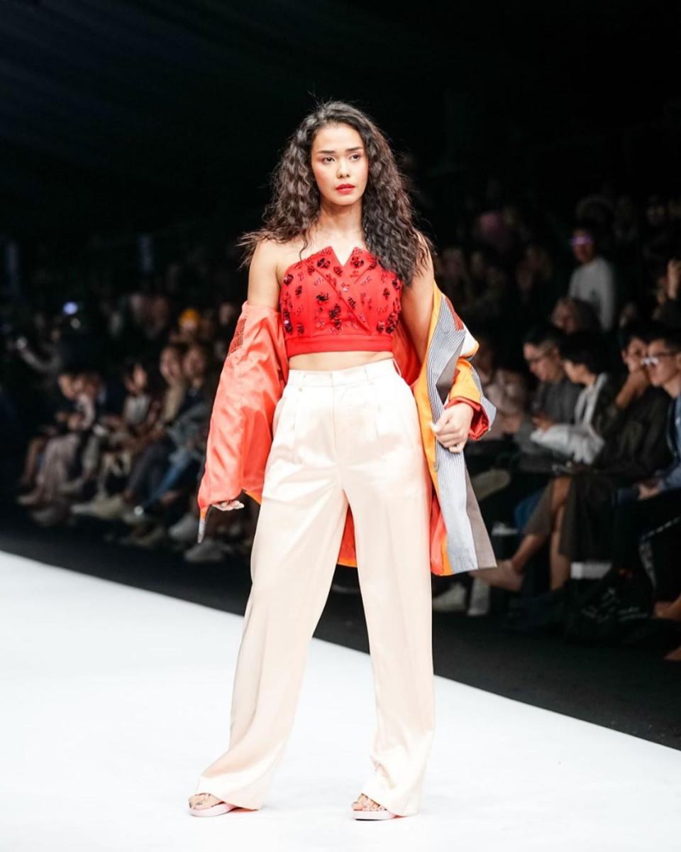 Penuh Pesona, ini 9 Artis yang Tampil Memukau di Catwalk Jakarta Fashion Week 2020 - Foto 4
