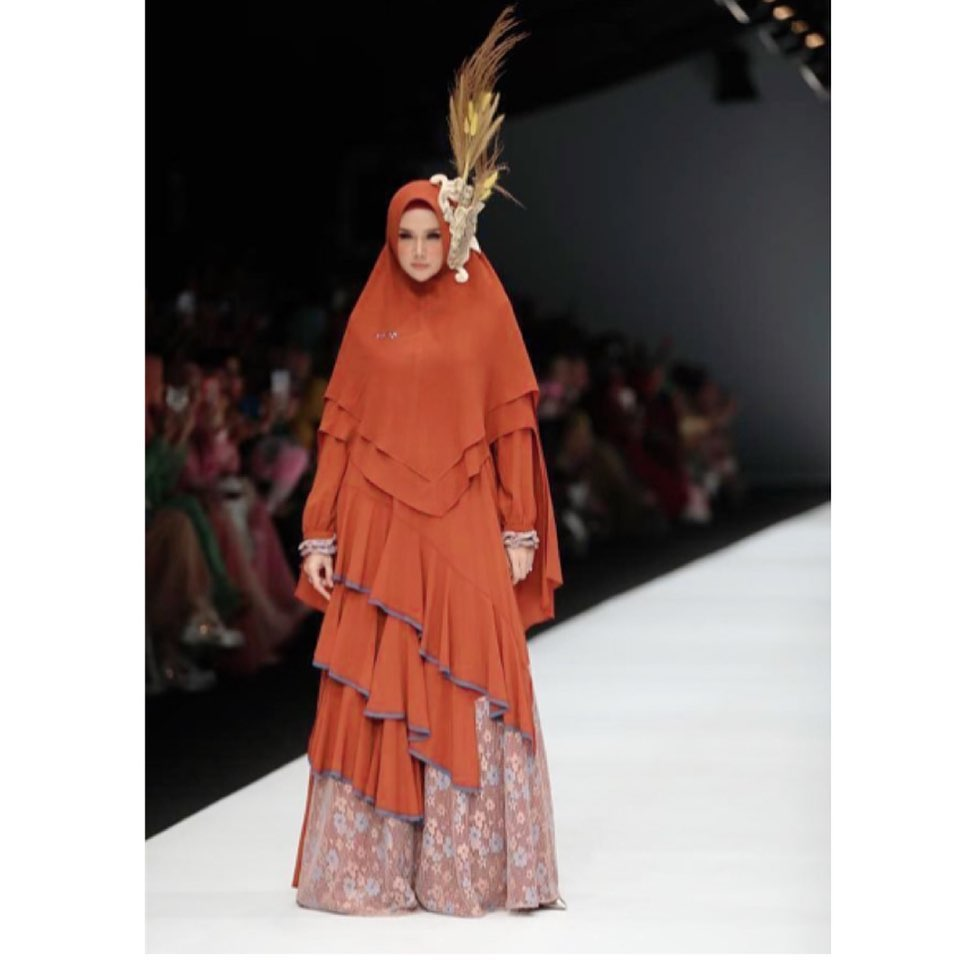Penuh Pesona, ini 9 Artis yang Tampil Memukau di Catwalk Jakarta Fashion Week 2020 - Foto 6
