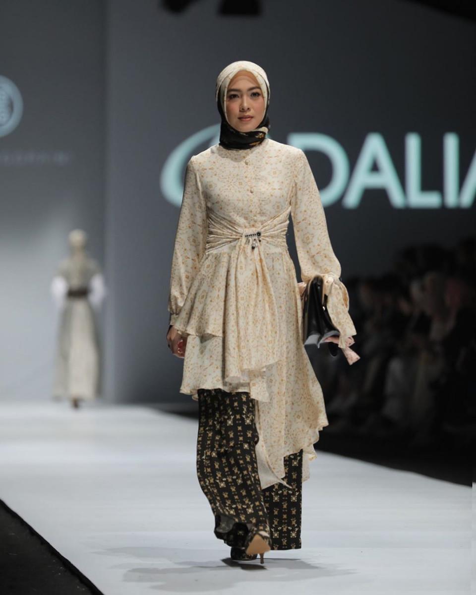 Penuh Pesona, ini 9 Artis yang Tampil Memukau di Catwalk Jakarta Fashion Week 2020 - Foto 9