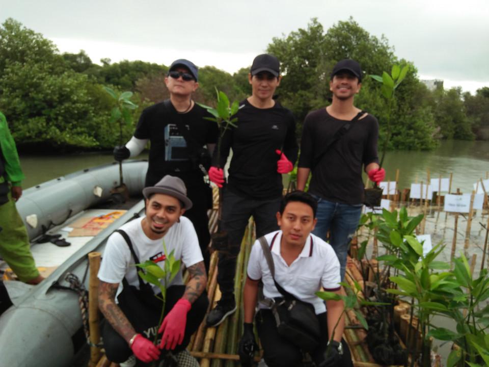 Jadi Duta YKAN, Aryo Wahab Terjun Langsung Tanam Bibit Mangrove - Foto 1