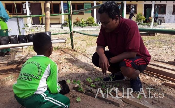 Kisah Huda dan Susi yang Tetap Bersemangat Mengajar Walau Hanya Digaji Rp200 Ribu - Foto 1