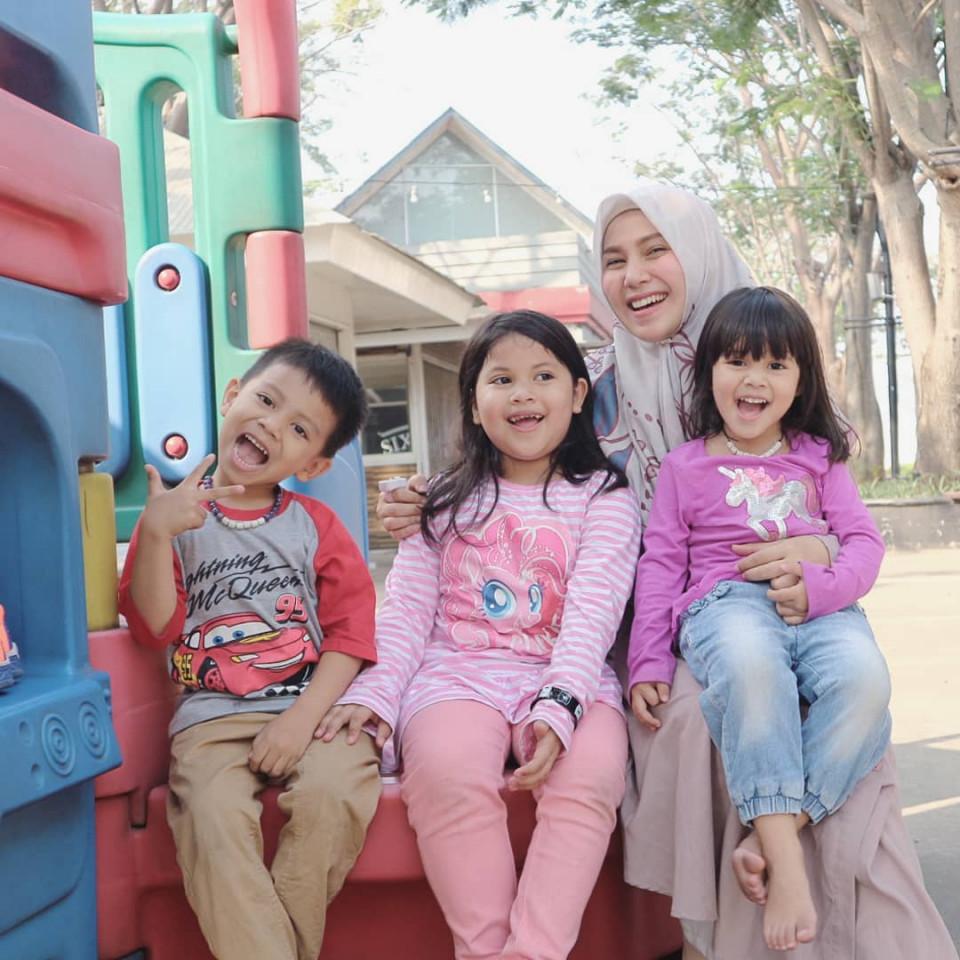 Panutan Banget, 10 Potret Puput Melati Telaten Mengurus Lima Anak - Foto 2