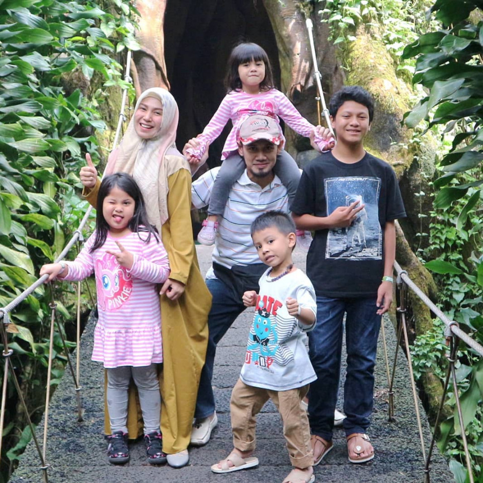 Panutan Banget, 10 Potret Puput Melati Telaten Mengurus Lima Anak - Foto 3