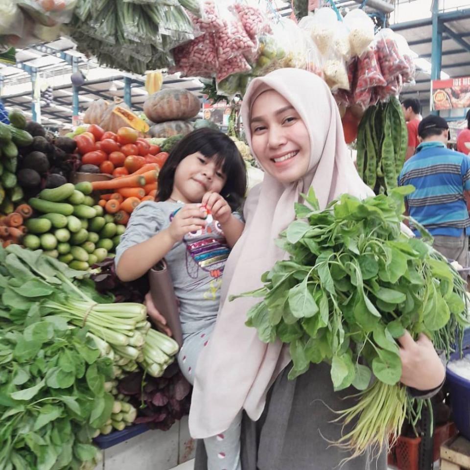 Panutan Banget, 10 Potret Puput Melati Telaten Mengurus Lima Anak - Foto 7