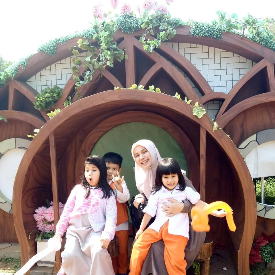 Panutan Banget, 10 Potret Puput Melati Telaten Mengurus Lima Anak - Foto 10