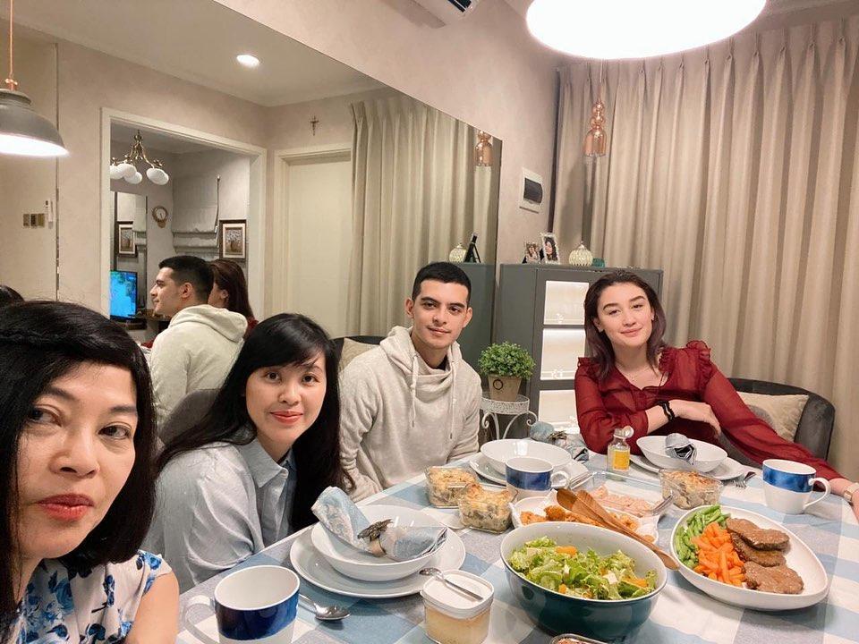 Keseruan 4 Pasangan Seleb Beda Agama Meriahkan Natal 2019 - Foto 2