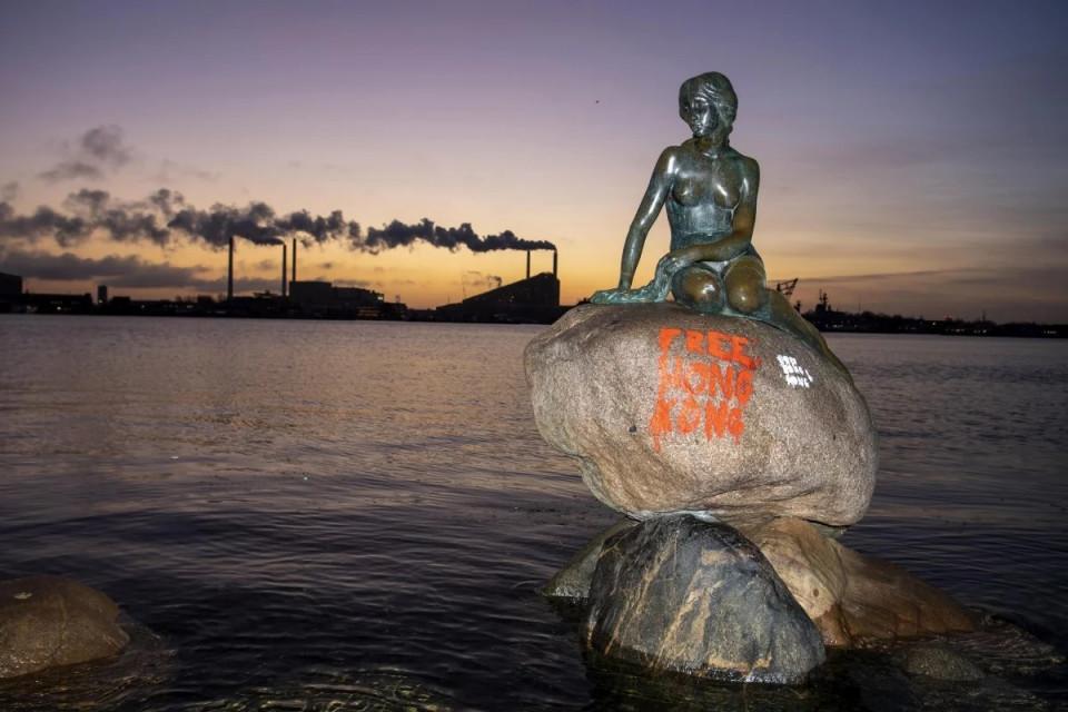 Vandalisme 'Bebaskan Hong Kong' Warnai Wisata Patung Putri Duyung di Denmark