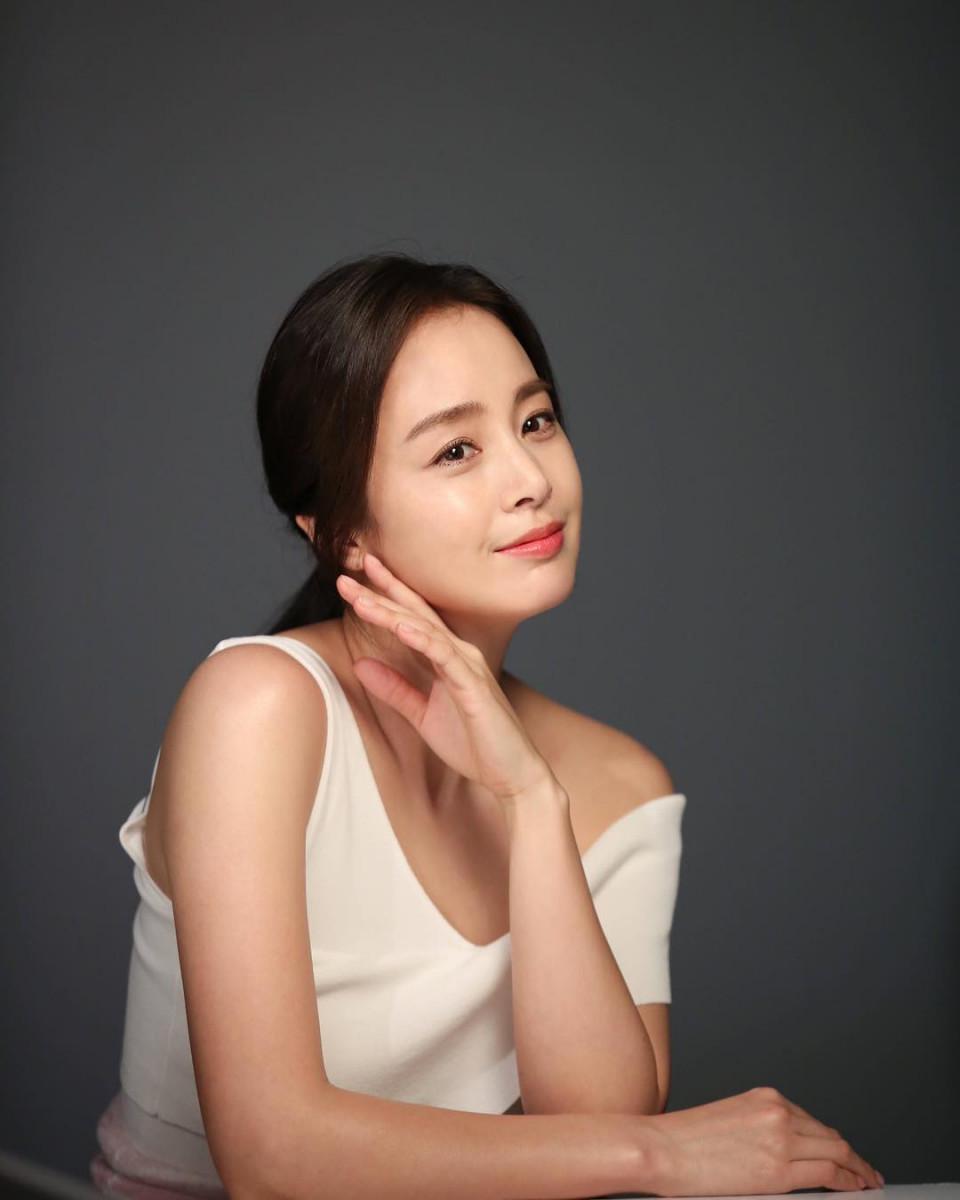 Tanpa Operasi Plastik, 10 Potret Awet Muda Kim Tae-hee Jelang Usia 40 Tahun - Foto 1