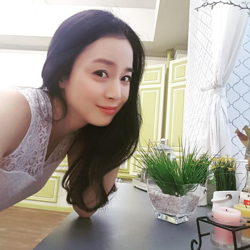 Tanpa Operasi Plastik, 10 Potret Awet Muda Kim Tae-hee Jelang Usia 40 Tahun - Foto 2