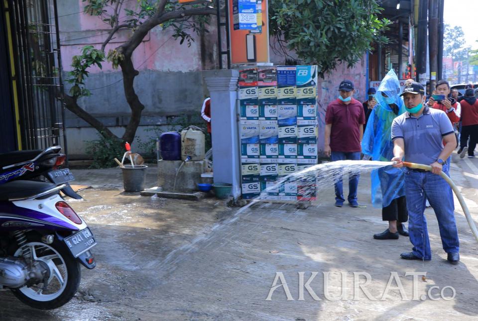 Pemkot Tangerang Semprot Disinfektan di Ruas Jalan