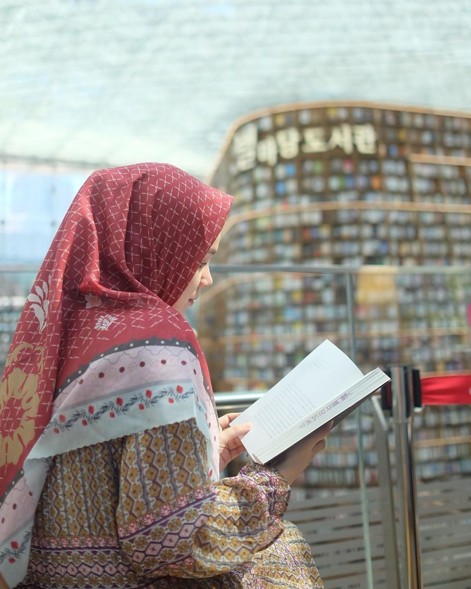 Inspiratif, 5 Gaya Hijab Dewi Sandra yang Memiliki Kesan Ramah dan Anggun - Foto 1