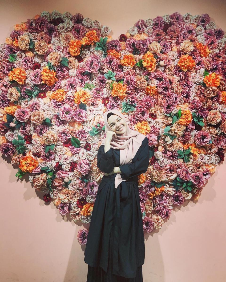 Inspiratif, 5 Gaya Hijab Dewi Sandra yang Memiliki Kesan Ramah dan Anggun - Foto 2