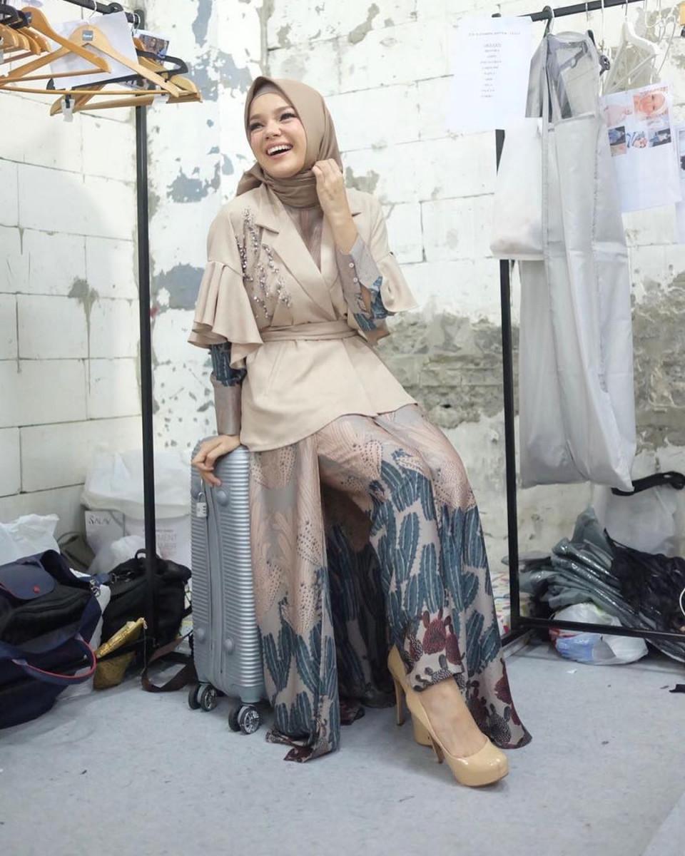 Inspiratif, 5 Gaya Hijab Dewi Sandra yang Memiliki Kesan Ramah dan Anggun - Foto 3