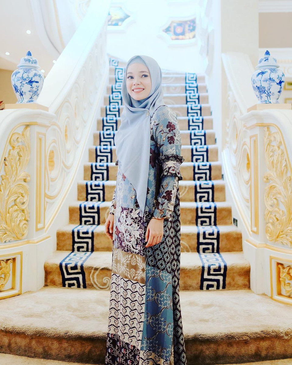 Inspiratif, 5 Gaya Hijab Dewi Sandra yang Memiliki Kesan Ramah dan Anggun - Foto 4
