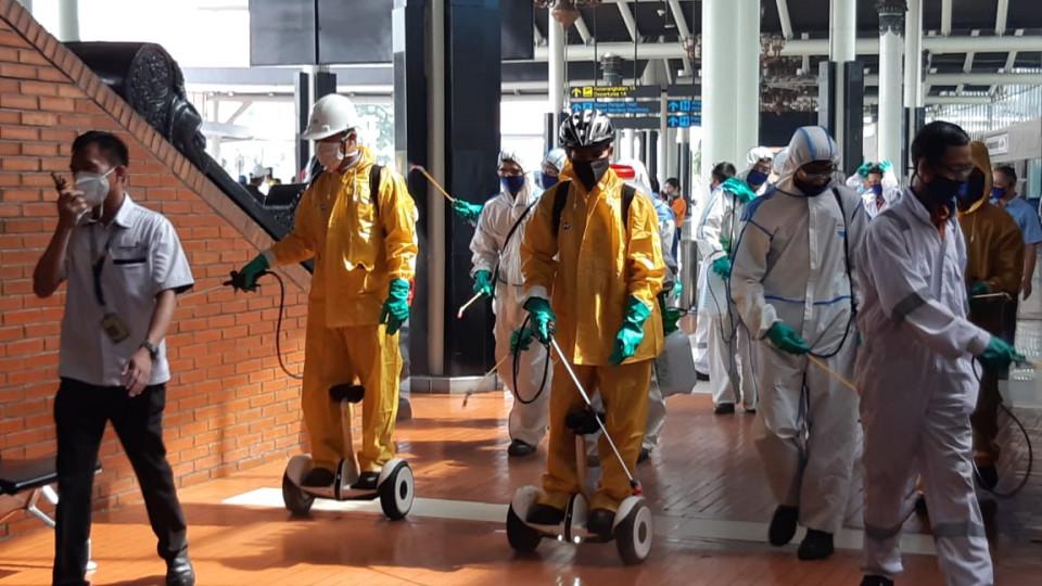 Area Parkir dan Terminal Bandara Soetta Disemprot Disinfektan