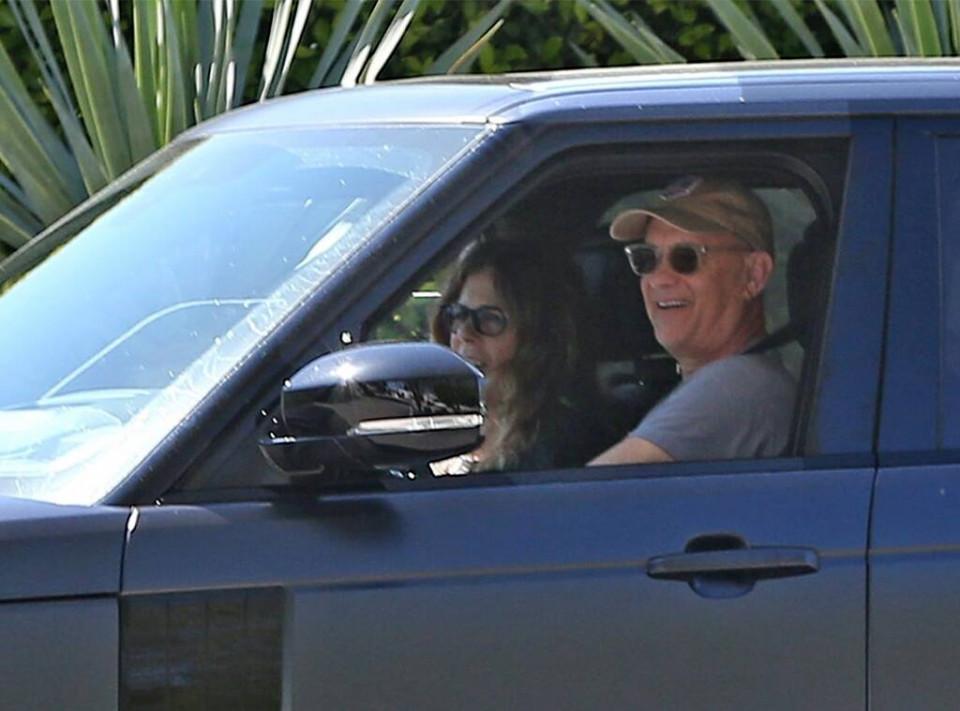Dikabarkan Sembuh dari COVID-19, Tom Hanks dan Istri Kembali ke LA - Foto 1