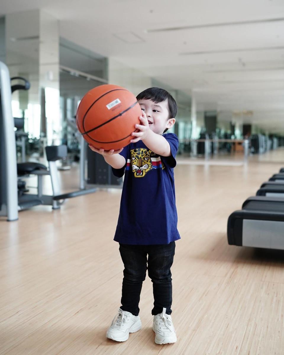 10 Potret Gemas Raphael Moeis dengan Bola Basket, Bak Atlet Profesional - Foto 2