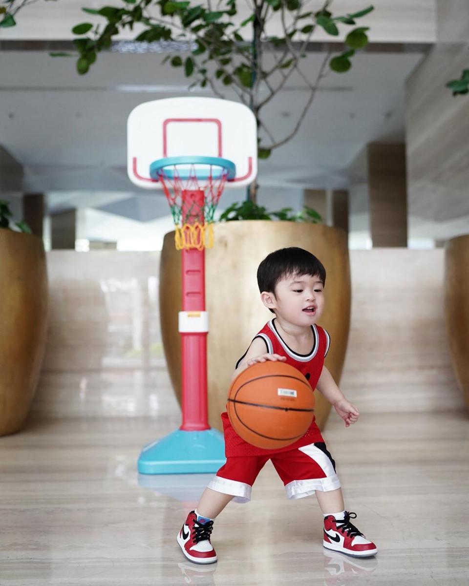 10 Potret Gemas Raphael Moeis dengan Bola Basket, Bak Atlet Profesional - Foto 3