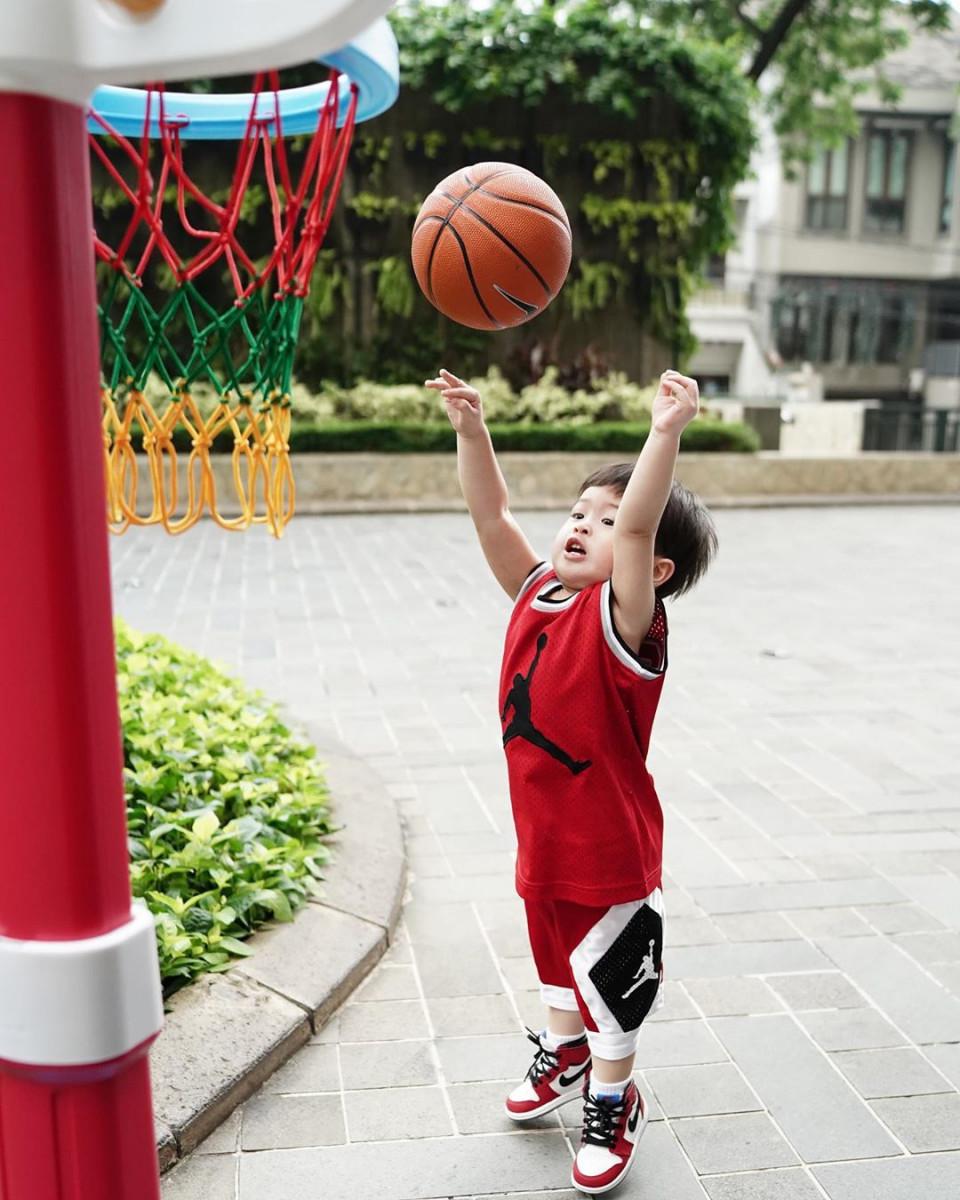 10 Potret Gemas Raphael Moeis dengan Bola Basket, Bak Atlet Profesional - Foto 4