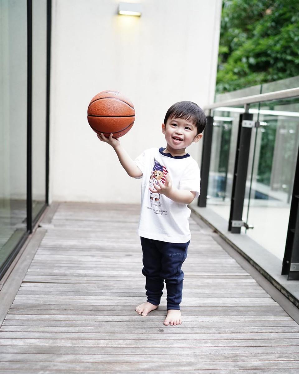 10 Potret Gemas Raphael Moeis dengan Bola Basket, Bak Atlet Profesional - Foto 7