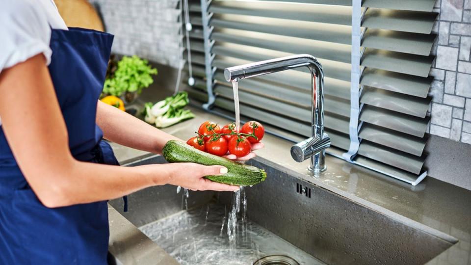 Mual Hingga Diare, Bahaya Mencuci Buah dan Sayuran Saat Pandemi Corona