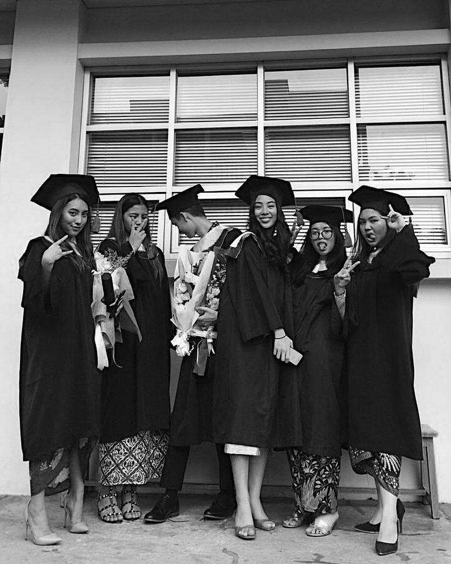 Jarang Tersorot, 10 Potret Cantik Mezzaluna Putri Sulung Bimbim Slank yang Beranjak Remaja - Foto 7